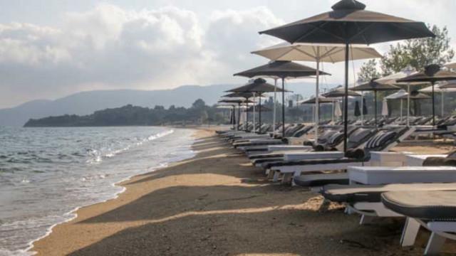 Къде са най-евтините и най-скъпите чадъри и шезлонги на морето през 2020-а?