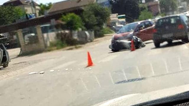 Мотор и кола се блъснаха на околовръстното във Варна