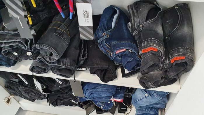 Дрехи и обувки менте са иззети от търговски обекти във Варна