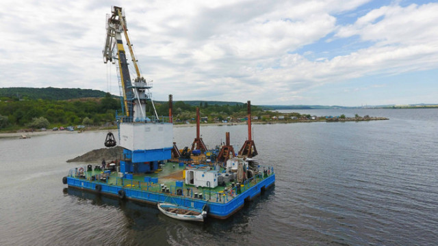 """ДП """"Пристанищна инфраструктура"""" извършва удълбочаване на трасето на тръбопровода в езерото"""
