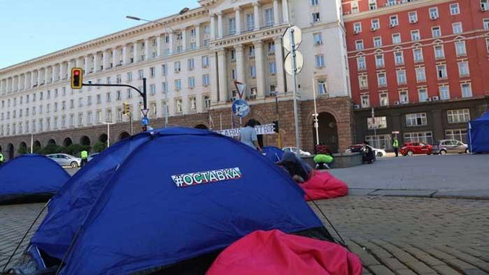 Еднаквите палатки на протестиращите озадачиха минувачи (СНИМКИ)