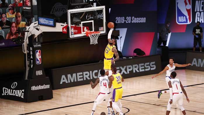 Добавка на ЛеБрон донесе успеха на Лейкърс над Клипърс при завръщането на НБА