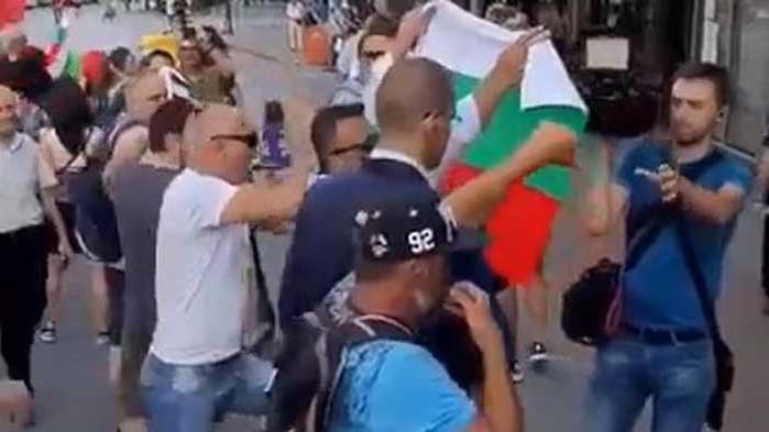 Просташко освиркване и бутане на журналист на Нова тв, отразяващ протестите във Варна (ВИДЕО)