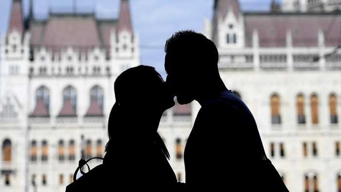 Сексолог: Целувката е безполезна и опасна