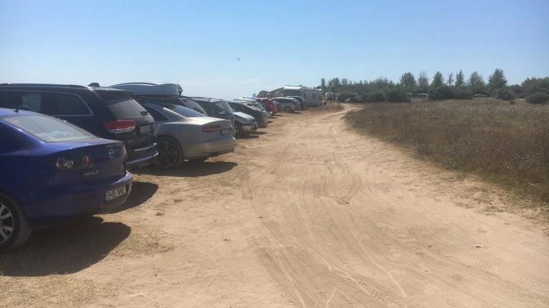 """Министерството на туризма сезира МВР за десетки паркирани коли върху дюни на плаж """"Крапец-север"""""""