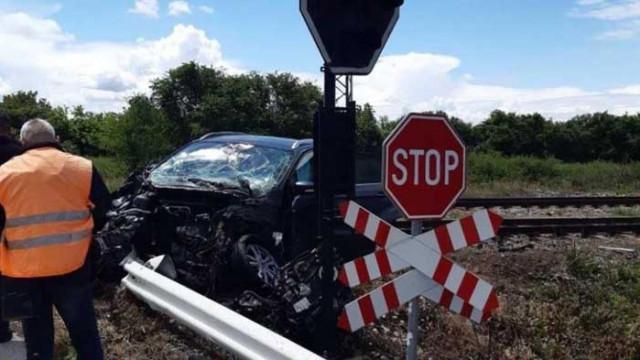 Влак удари автомобил, двама души пострадаха тежко