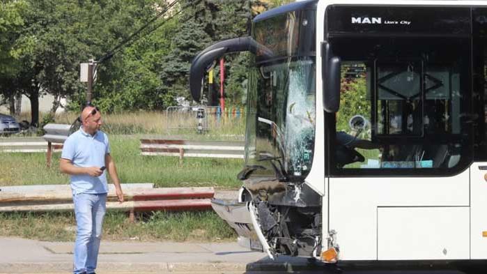 Тежък инцидент: Моторист е с опасност за живота, след като се блъсна с автобус