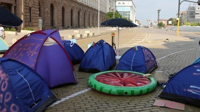Петиция призовава за премахване на палатки и блокади