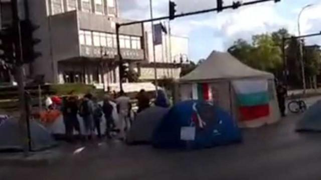 8 палатки, 15 протестъра и псувни за несъгласните с тях