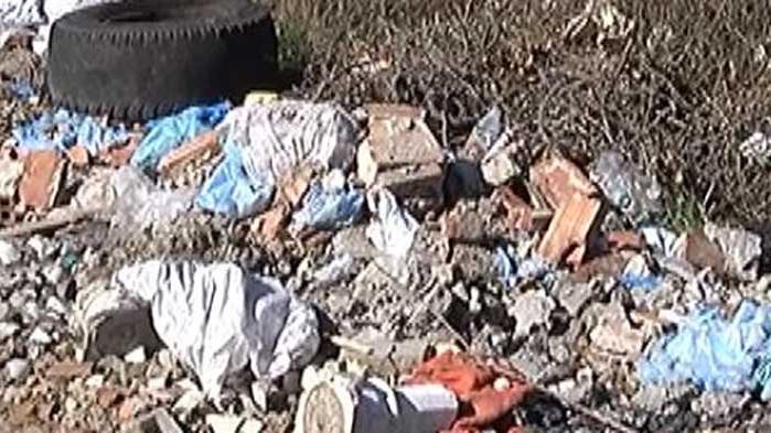 Строителни отпадъци и стари гуми са изхвърлени в близост до входа на Побити камъни