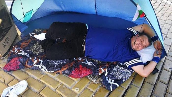 Обявилият гладна стачка не плащал издръжка, бившата му жена избягала от града заради тормоз
