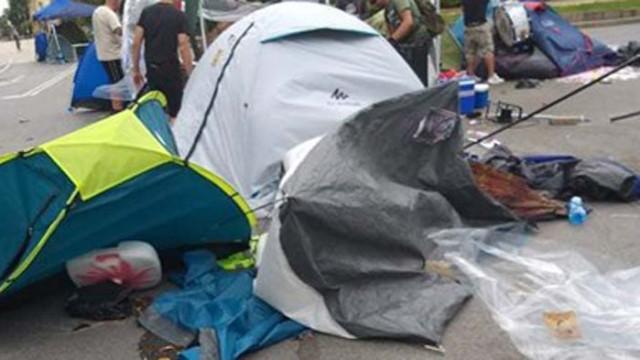 Буря събори палатки и отпуши блокадата на Ректората, на Орлов мост останаха малцина