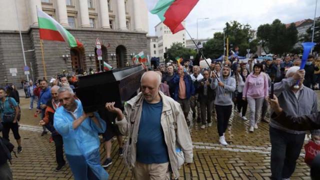 Грозно: Протестърите донесоха и ковчег пред Министерски съвет (СНИМКИ)