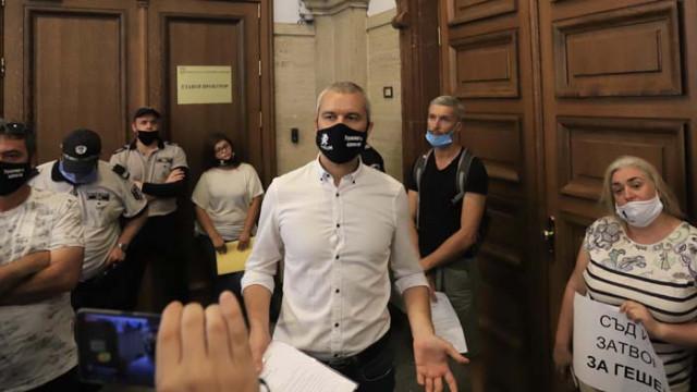 Костадин Костадинов нахлу в Съдебната палата, искал да връчи лично оставката на Гешев