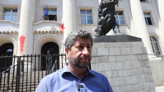 Разпитват Христо Иванов за петно червена боя