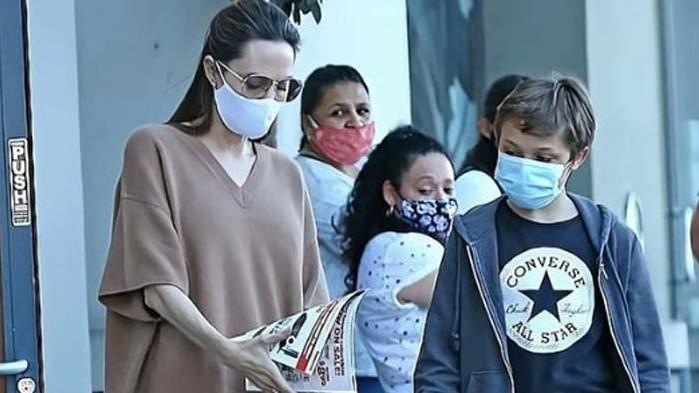Анджелина Джоли, Нокс Джоли Пит и защо актрисата е с пуловер през лятото
