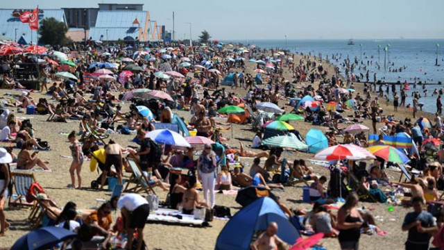 Без страх от COVID-19, хиляди британци напълниха плажовете