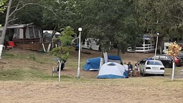 Народът се изнесе на палатки, кемпери изместиха луксозните хотели