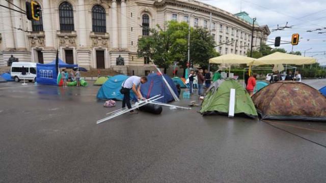 В знак на добра воля: Протестиращите пред СУ местят лагера си