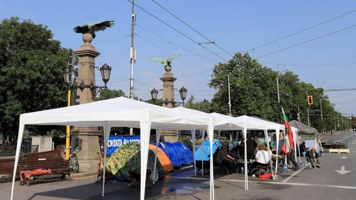 """Пияни протестиращи се сбиха на """"Орлов мост"""""""