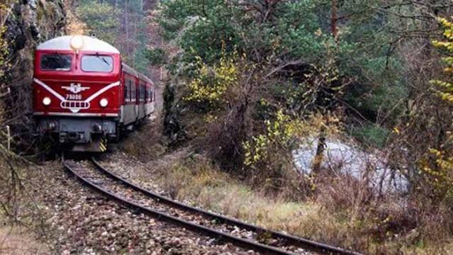 Паднали скали спряха пътнически влак от Септември за Добринище
