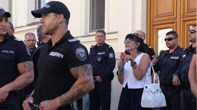 Протестиращи нападнаха журналистка пред парламента