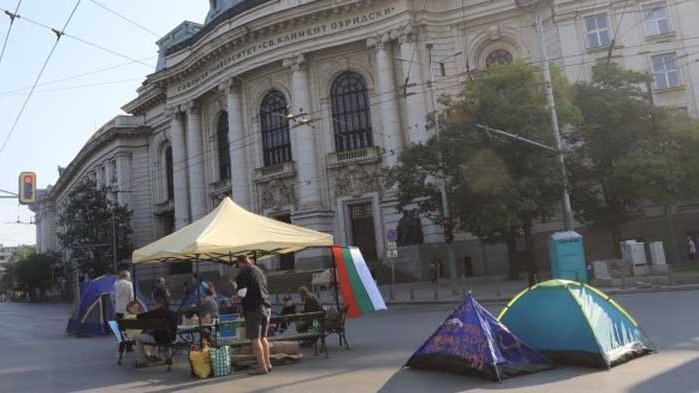Криза за хора на барикадата пред СУ, лагерите на протеста съвсем се изпокараха