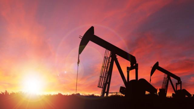 Цената на петрола се задържа малко над $45 за барел