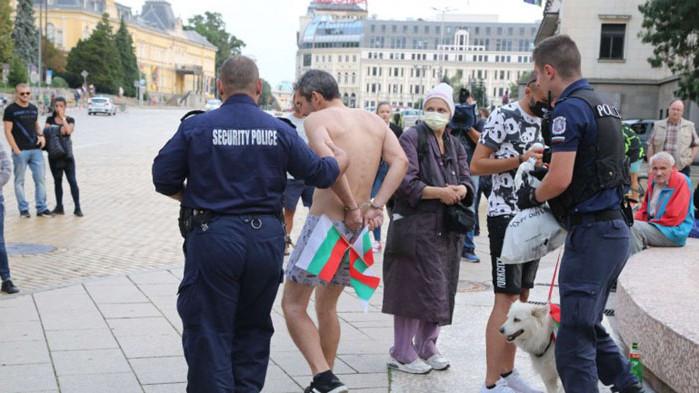 След уриниране по парламента: Задържаха пиян протестиращ по боксерки