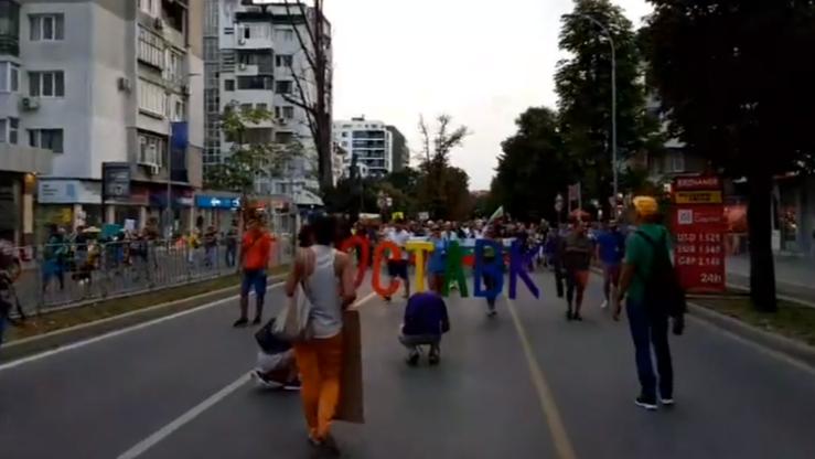 Блокираха кръстовището на Младежкия дом, водачи излязоха от колите си