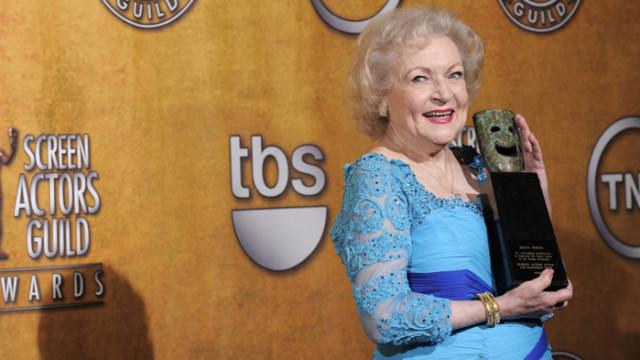 Бети Уайт се пази от вируса с водка и пържени картофки