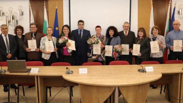"""11 педагози от Русе и региона бяха удостоени с отличието """"Неофит Рилски"""""""